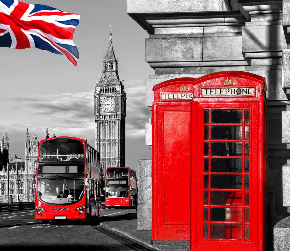 czerwony autobus i butka telefoniczna